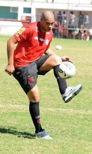 Adriano bate bola durante atividade comandada pelo preparador físico do Flamengo
