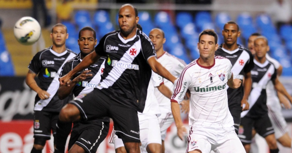 Alecsandro tira bola após cruzamento na área do Vasco