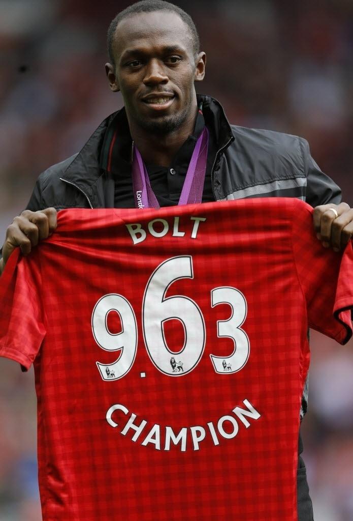 Bolt ganha camisa personalizada do Manchester United com o seu nome e a marca da prova dos 100 m rasos (9s63), que venceu nos Jogos Olímpicos de Londres-2012
