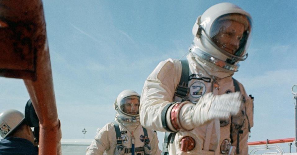 Comandante Neil Armstrong (direita) e o piloto David Scott (esquerda) preparam para embarcar na nave Gemini-Titan VIII. A nave foi lançada com sucesso em março de 1966