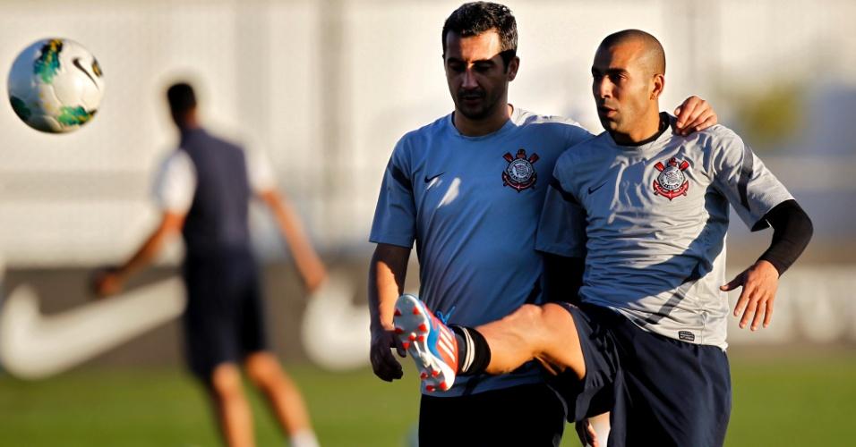 Douglas e Emerson Sheik (dir.) durante treino do Corinthians no CT Joaquim Grava (20/7/2012)