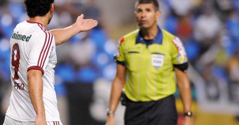 Fred reclama com o árbitro, que pegou falta do atacante sobre o vascaíno Douglas e não validou gol