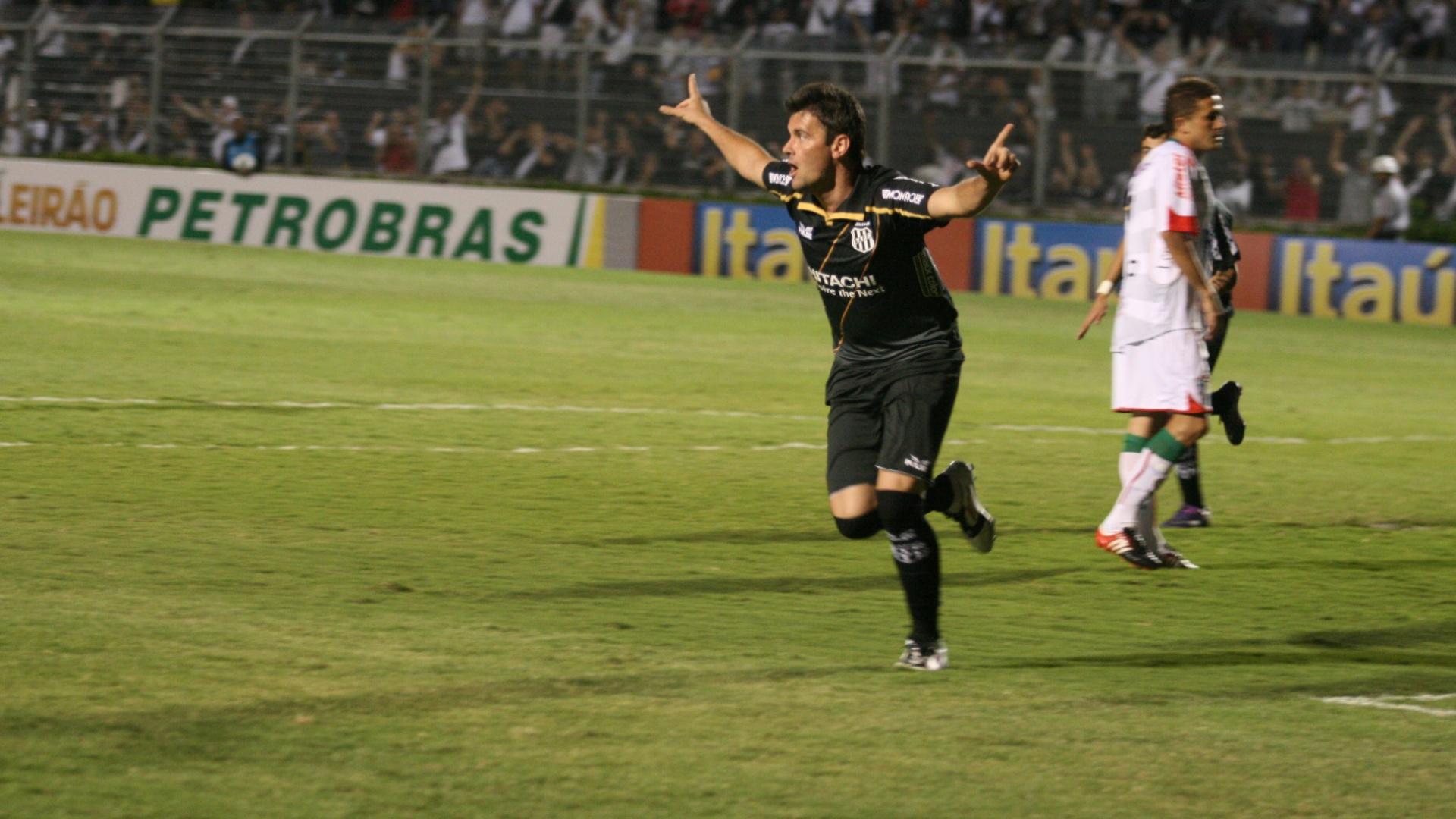 Giancarlo, da Ponte Preta, comemora seu gol em partida contra a Portuguesa
