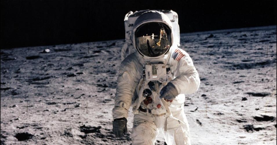 Imagem do dia em que os tripulantes da Apollo 11 pisaram na lua. A imagem acima, tirada por Neil Armstrong,  mostra o astronauta Edwin E. Aldrin Jr caminhando no satélite natural