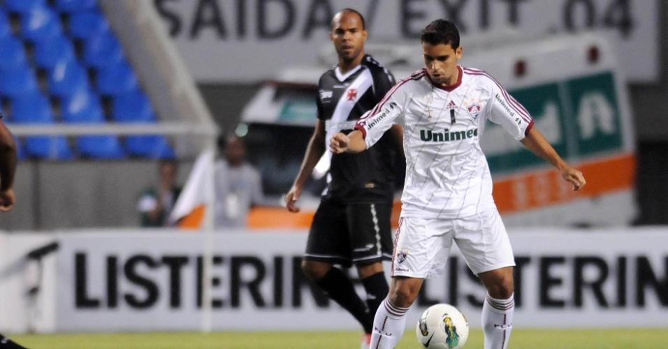 Jean, do Fluminense, é observado pelo vascaíno Alecsandro