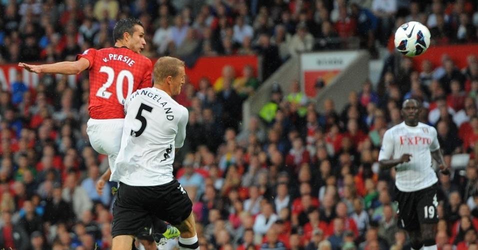 Marcado por Hangeland, do Fulham, o holandês Robin Van Persie arremata para o gol e marca o seu primeiro tento pelo Manchester United