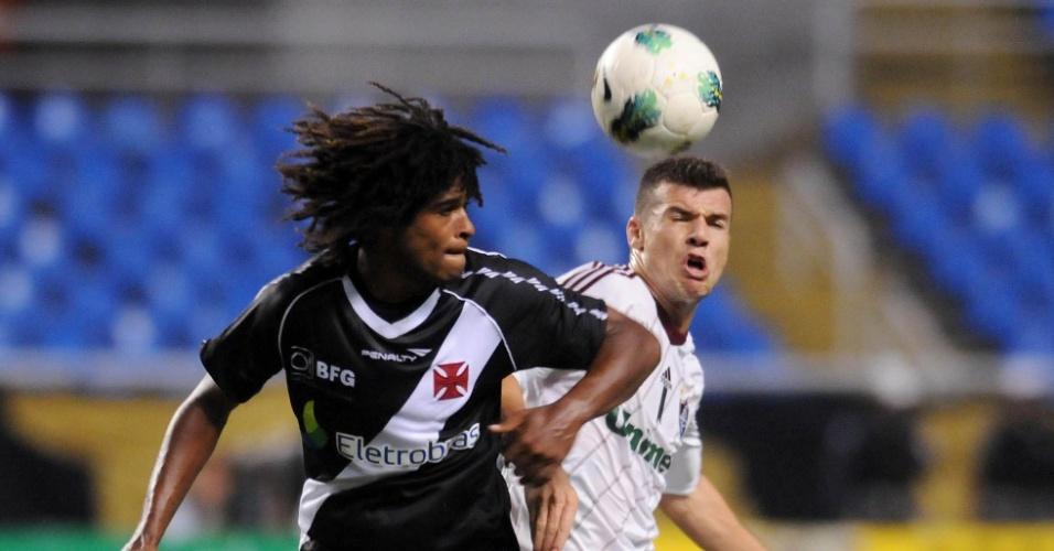 Meia Wágner (dir.) disputa bola com atacante do Vasco Willian Barbio no clássico