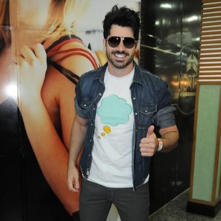O ex-BBB Rodrigão sorri para as câmeras e cumprimenta fãs no Shopping North em Barretos durante evento (25/8/12) - Francisco Cepeda / AgNews