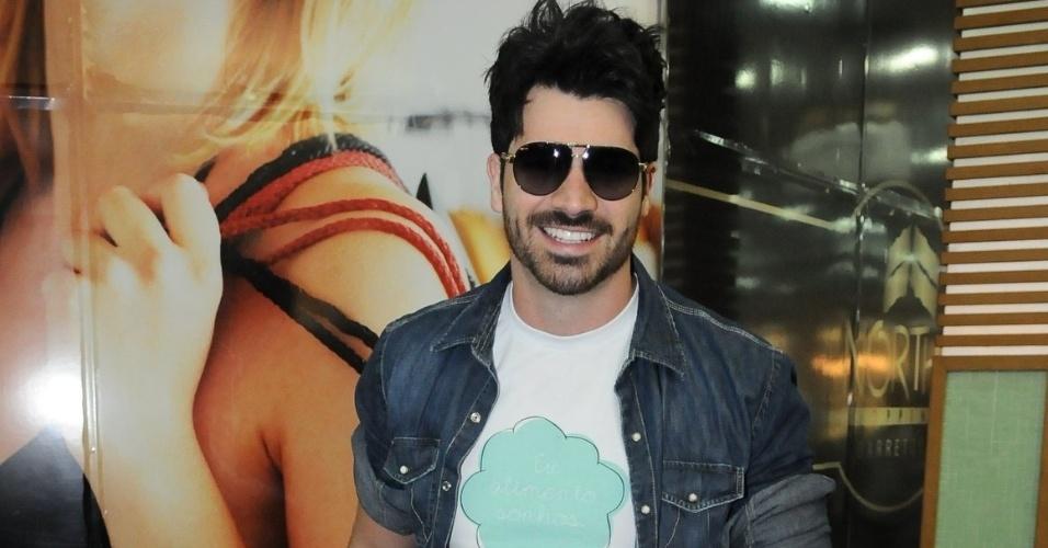 O ex-BBB Rodrigão sorri para as câmeras e cumprimenta fãs no Shopping North em Barretos durante evento (25/8/12)