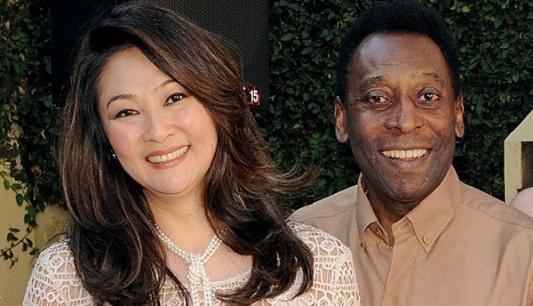 Márcia Cibele Aoki, de 47 anos, e Pelé, 72, em foto de agosto de 2012