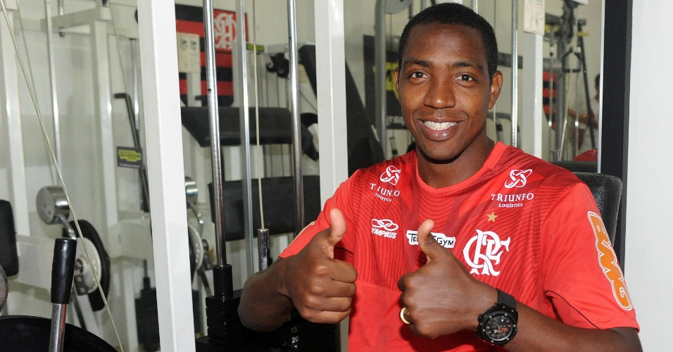 Renato Abreu posa para a foto durante sessão de fisioterapia
