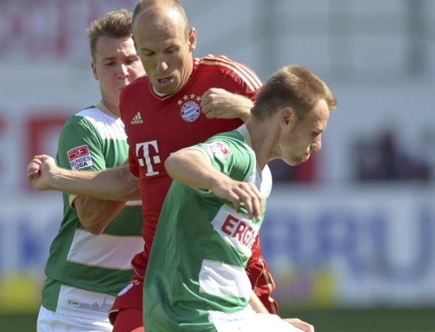 Robben é marcado por dois atletas do Greuther Fürth na estreia do Bayern de Munique na Bundesliga, fora de casa