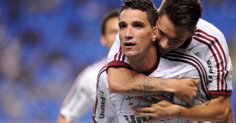 Thiago Neves é abraçado após marcar contra o Vasco