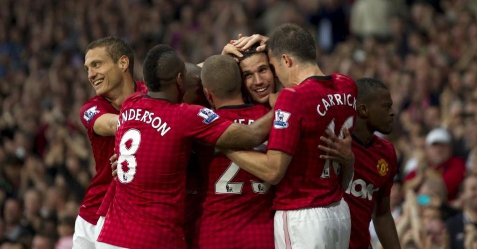 Van Persie é abraçado por companheiros após marcar seu primeiro gol pelo Manchester United, na partida contra o Fulham