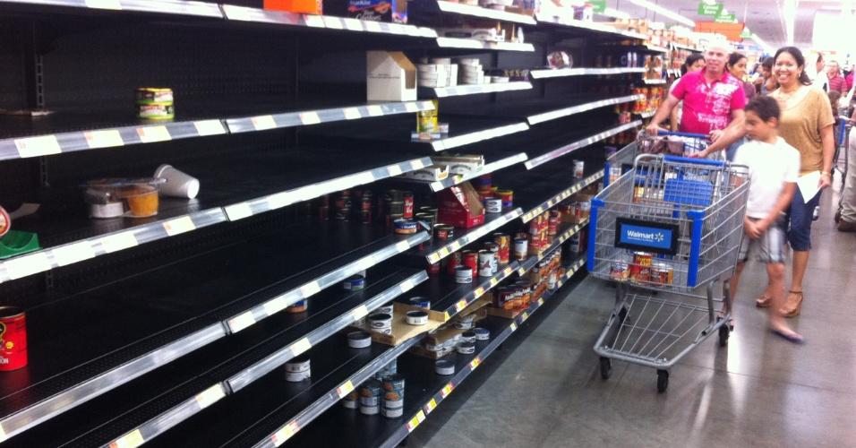 25.ago.2012 - Família se abastece em um supermercado como precaução para a chegada da tempestade tropical Isaac, em Miami (EUA). O governador da Flórida, Rick Scott, decretou estado de emergência antes da chegada da tempestade