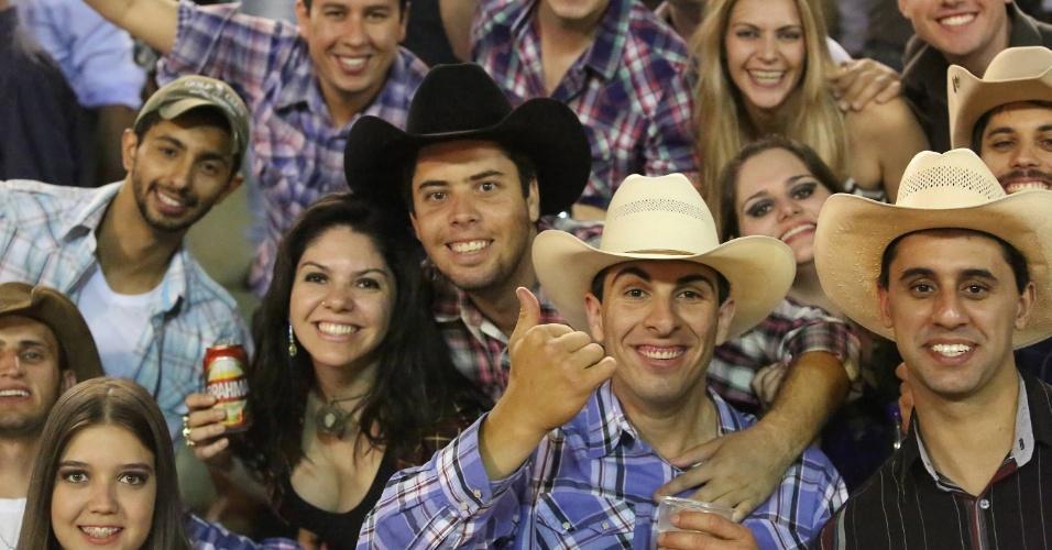 25.ago.2012 - Plateia acompanha montaria durante a Festa do Pão de Barretos, no interior de São Paulo. O evento vai do dia 16 a 26 de agosto