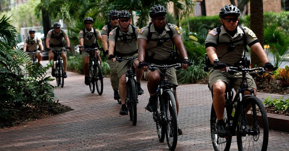 25.ago.2012 - Policiais fazem patrulha de bicicleta pelas ruas do centro de Tampa, na Flórida. Os moradores da cidade esperam a chegada da tempestade tropical Isaac