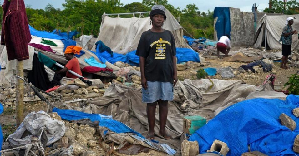 26.ago.2012 - A haitiana Janetta Lindsey, 46, mostra a exata localização onde ela estava antes de sua barracara ser destruída pela tempestade tropical Isaac, na área de Porto Príncipe. No Haiti, seis pessoas morreram. Já na República Dominicana, há pelo menos três pessoas desaparecidas