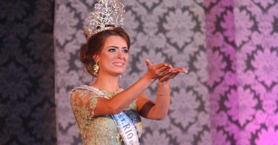 26.ago.2012 - Coroada Miss Rio de Janeiro, Rayanne Morais se emociona após receber a coroa