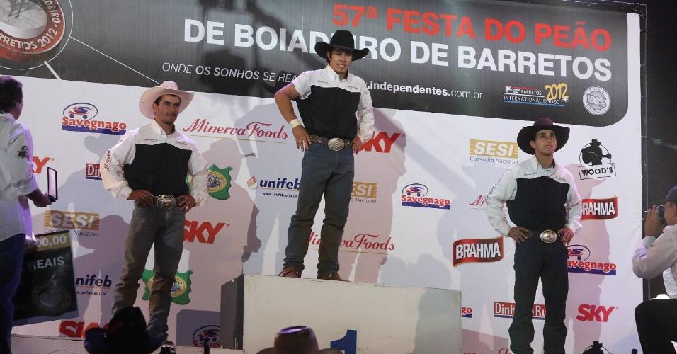 26.ago.2012 - Peões sobem ao pódio no encerramento da festa do Peão de Barretos
