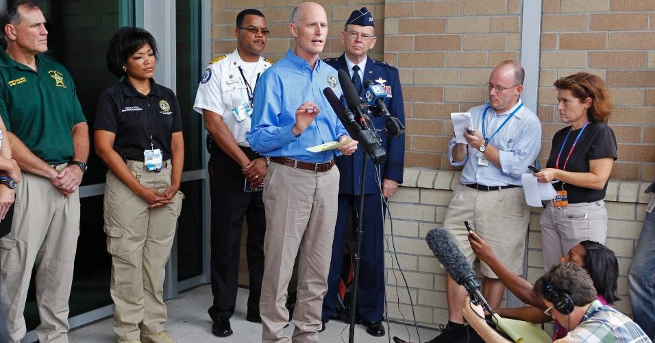 26.ago.2012 - Rick Scott, governador da Flórida, fala durante coletiva de imprensa sobre a tempestade tropical Isaac. Além dos problemas de infraestrutura, a tempestade, que se aproximada da costa dos Estados Unidos, ameaça a realização da convenção do partido republicano que vai corroborar a candidatura de Mitt Romney