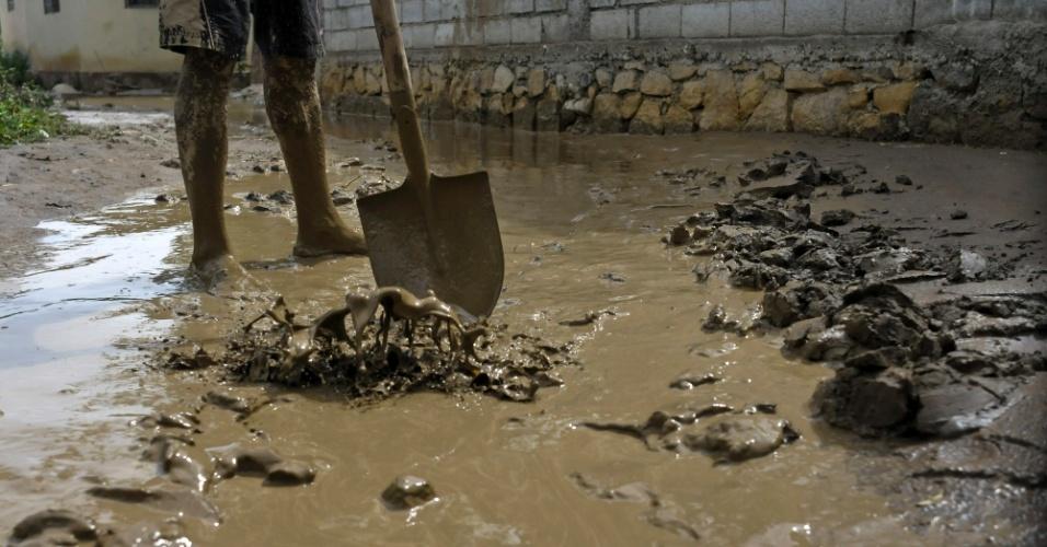 28.ago.2012 - Haitiano remove lama de seu quintal que foi inundado em função das fortes chuvas trazidas pela tempestade tropical Isaac. O fenômeno meteorológico afetou a região de Porto Príncipe (capital do Haiti) e deixou seis pessoas mortas