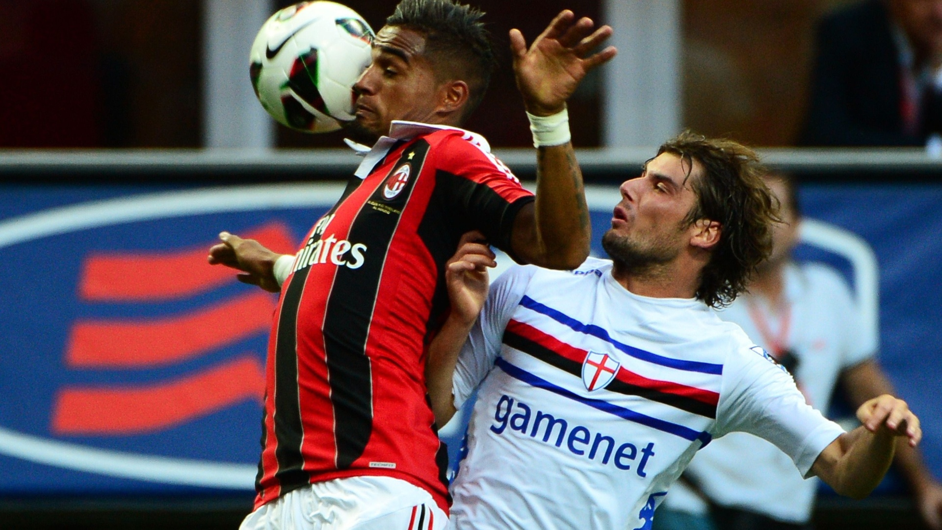 Boateng, que assumiu a camisa 10 do Milan após a saída de Seedorf, é marcado pelo zagueiro italiano Massimo Volta