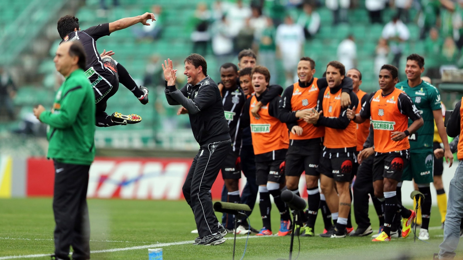 Jogadores do Figueirense comemoram gol na partida contra o Coritiba pelo Brasileirão
