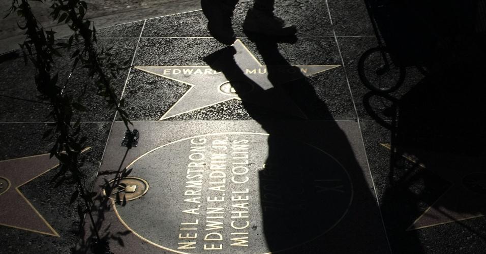 Pessoa caminha próximo a uma placa dedicada a Neil Armstrong, Edwin E. Aldrin e Michael Collins no Hollywood Boulevard, em Hollywood, Califórnia