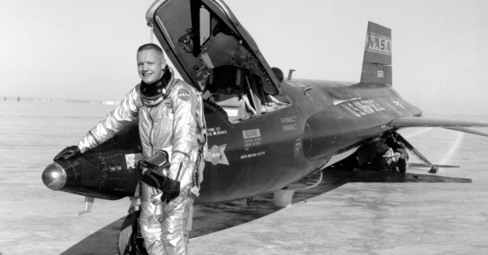 Retrato em branco e preto divulgado pela Nasa mostra Armstrong na base da Força Aérea americana de Rogers Dry Lake Edwards, após desembarcar de um treinamento onde o astronauta chegou a atingir uma altitude de 100 mil pés