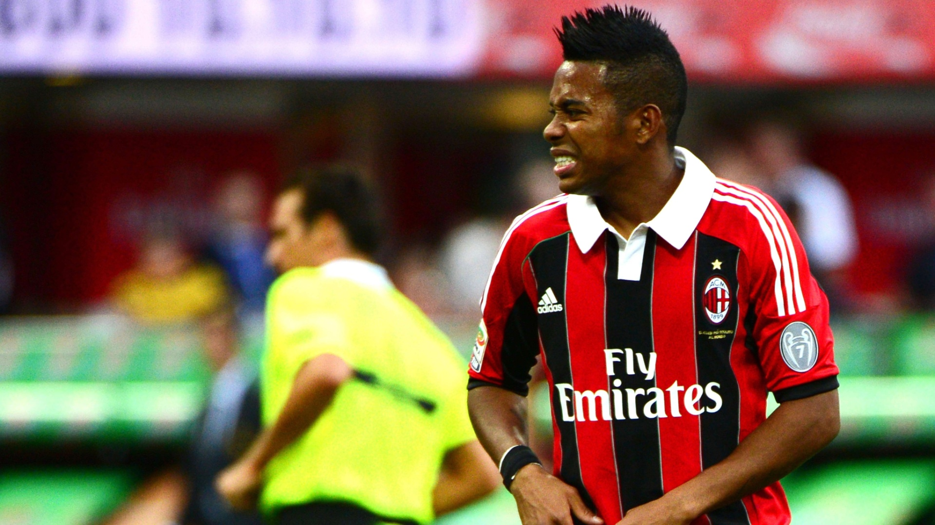 Robinho faz expressão de dor; ele foi substituído com uma lesão muscular durante a partida do Milan contra a Sampdoria