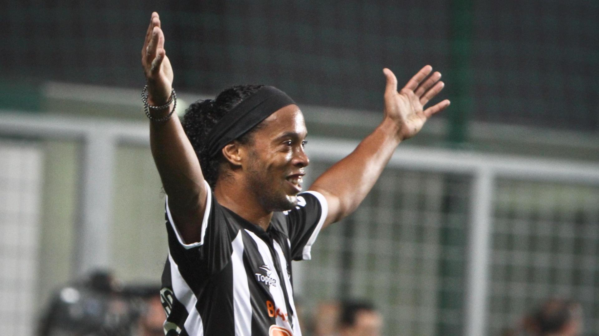 Ronaldinho Gaúcho comemora gol marcado diante do Cruzeiro