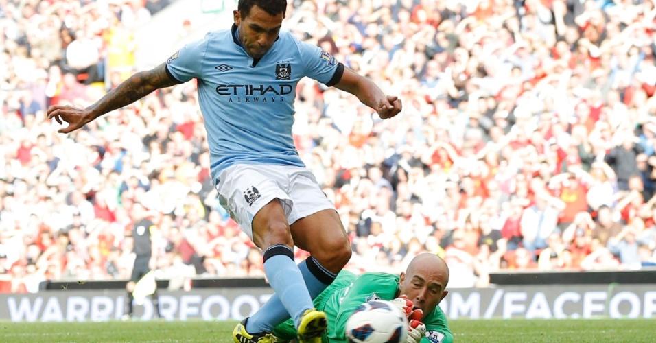 Tevez dribla o goleiro Reina para marcar o gol de empate do Manchester City em 2 a 2