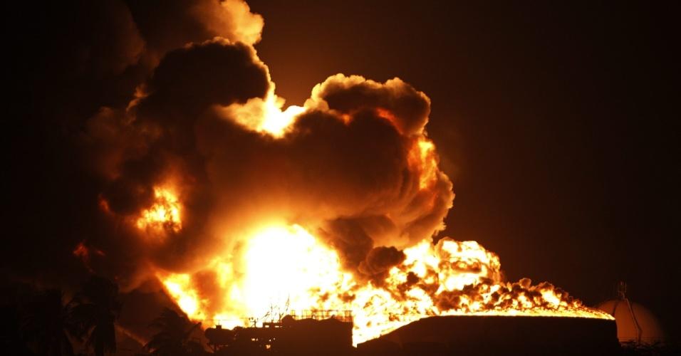 27.ago.2012 - Setor da refinaria, na Venezuela, continuava em chamas neste domingo (26).