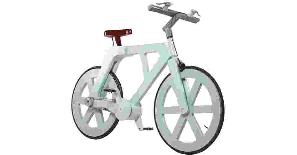 27.ago.2012 - A bicicleta de papelão construída pelo israelense Izhar Gafni possui um custo de produção em torno US$ 10 e é feita com material de reciclagem. Além de barata, a bicicleta, que é resistente à umidade e à oxidação, ainda pode suportar até 140 quilos de peso. Como seu chassi é inteiramente revestido por uma camada de material impermeável de cor marrom e branca, o papelão acaba ganhando um aspecto de plástico - Izhar Gafni/EFE
