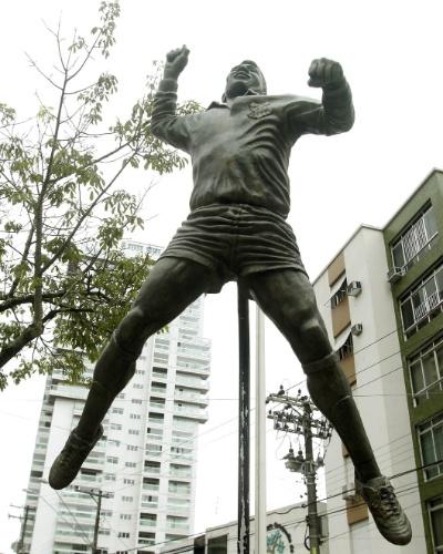 27.ago.2012 - A estátua de Edson Arantes do Nascimento, o Pelé, voltou para a pracinha em frente à famosa padaria Santista, no Canal 5, em Santos (SP). A obra estava em restauro após ter sido atingida por um caminhão desgovernado, no dia 18 deste mês