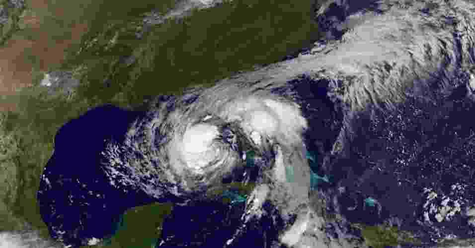 """27.ago.2012 - A tempestade tropical """"Isaac"""" ameaça se transformar em furacão nos próximos dias, segundo o Centro Nacional de Furacões (NHC) dos Estados Unidos. Existe mais de 60% de chance de """"Isaac"""" atingir ventos de 119 km/h ou mais - Nasa/Reuters"""