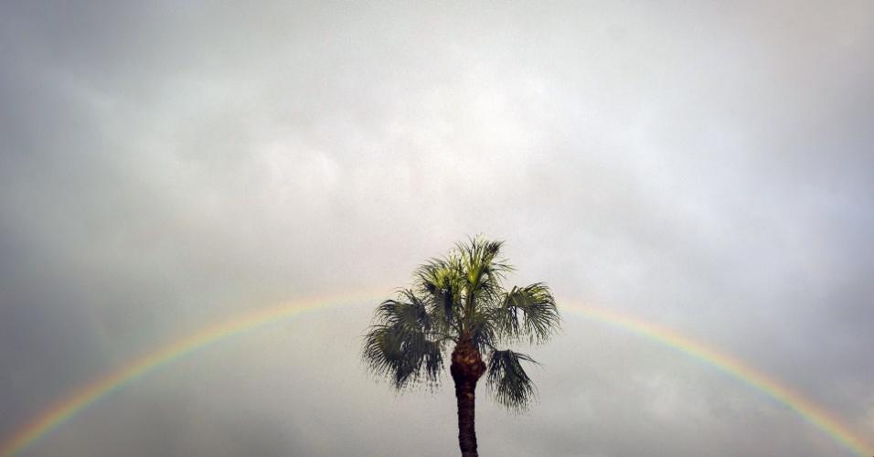27.ago.2012 - Arco-íris aparece no céu de Tampa, na Flórida (EUA), após passagem de uma chuva pesada. Os americanos aguardam a chegada da tormenta tropical Isaac, que se encontra no Golfo do México