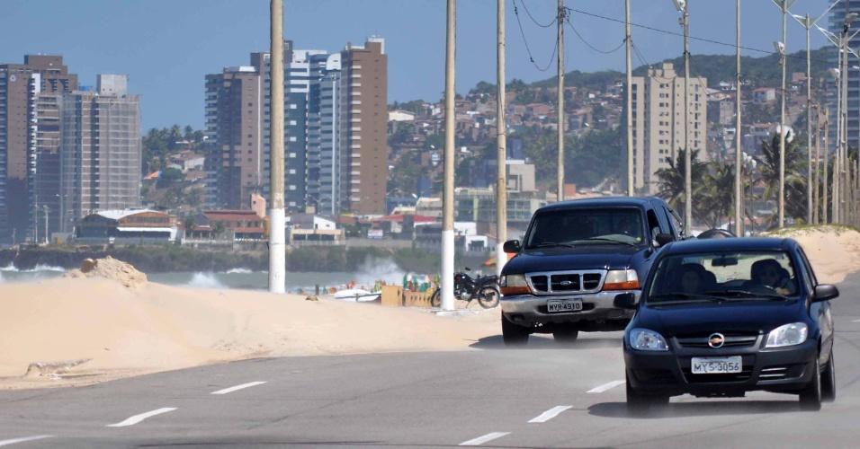 27.ago.2012 - Areia invade a avenida Café Filho na praia do Forte, em Natal (RN), nesta segunda-feira (27). Fenômeno comum nos meses de agosto e setembro, o aumento na velocidade dos ventos acaba levando a areia das praias e dunas para as pistas, dificultando o tráfego de veículos
