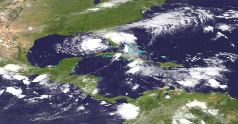 27.ago.2012 - Fotografia de satélite divulgada pela Administração Nacional Oceânica e Atmosférica dos Estados Unidos (NOAA) mostra a tempestade tropical Isaac, nesta segunda-feira (27). Depois de passar pelo Golfo do México, Haiti, República Dominicana e Cuba, a tempestade ameaça se converter em um furacão nesta terça-feira (28), segundo prevê o Centro Nacional de Furacões dos EUA