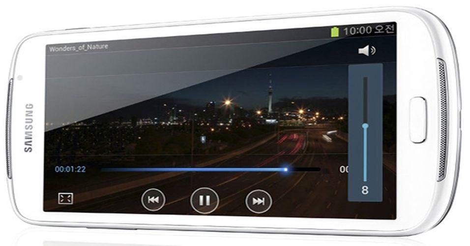 27.ago.2012 - Logo após perder uma disputa por patentes para a Apple nos EUA, a Samsung não deixou de seguir com seu cronograma de lançamentos. A fabricante apresentou na Coreia do Sul um novo modelo na linha Galaxy Player com tela de 5.8 polegadas -- o aparelho é uma alternativa ao iPod touch, da Apple (com tela de 3,5 polegadas). O player multimídia, grande como um tablet, vem com maior resolução de tela (960x540 pixels) do que seus antecessores, capacidade de armazenamento de 16 GB ou 32 GB e roda Ice Cream Sandwich, sistema do Google. Preço e data de lançamento no mercado ainda não foram revelados