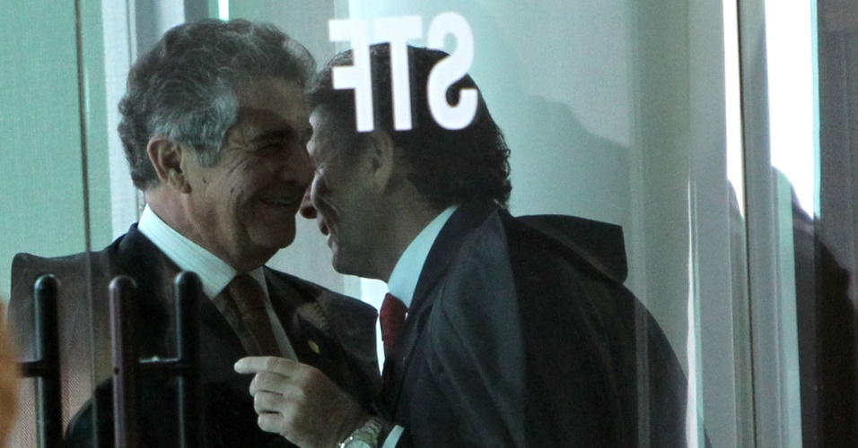 27.ago.2012 - Ministros conversam ao chegar ao STF para sessão do julgamento do mensalão, nesta segunda-feira