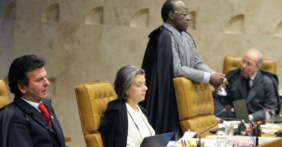 27.ago.2012 - Ministros do STF ouvem Dias Toffoli ler seu voto em sessão da 5º semana do julgamento do mensalão