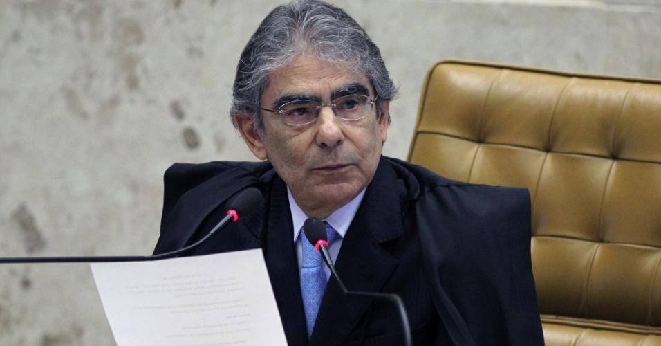 27.ago.2012 - O ministro Ayres Britto, presidente do STF, se prepara para início de sessão do julgamento do mensalão, nesta segunda-feira