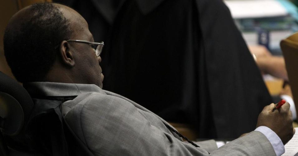 27.ago.2012 - O ministro Joaquim Barbosa ouve Rosa Weber ler seu voto em sessão da 5º semana do julgamento do mensalão, no STF
