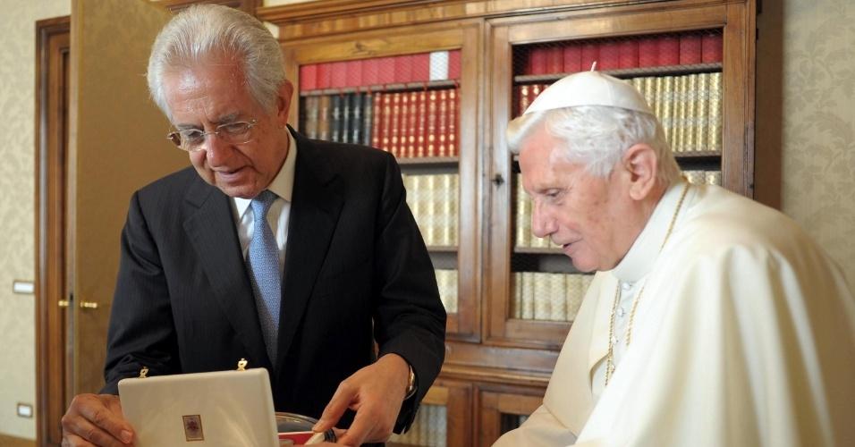 27.ago.2012 - O papa Bento 16 e o primeiro ministro italiano, Mario Monti, encontram-se no Castelo Gandolfo, na Itália, nesta segunda-feira (27)