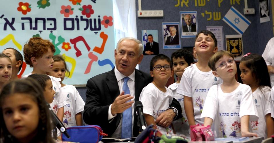 27.ago.2012 - O primeiro-ministro de Israel, Benyamin Netanyahu, participam do primeiro dia de aula de uma escola em Jerusalém, nesta segunda-feira (27)