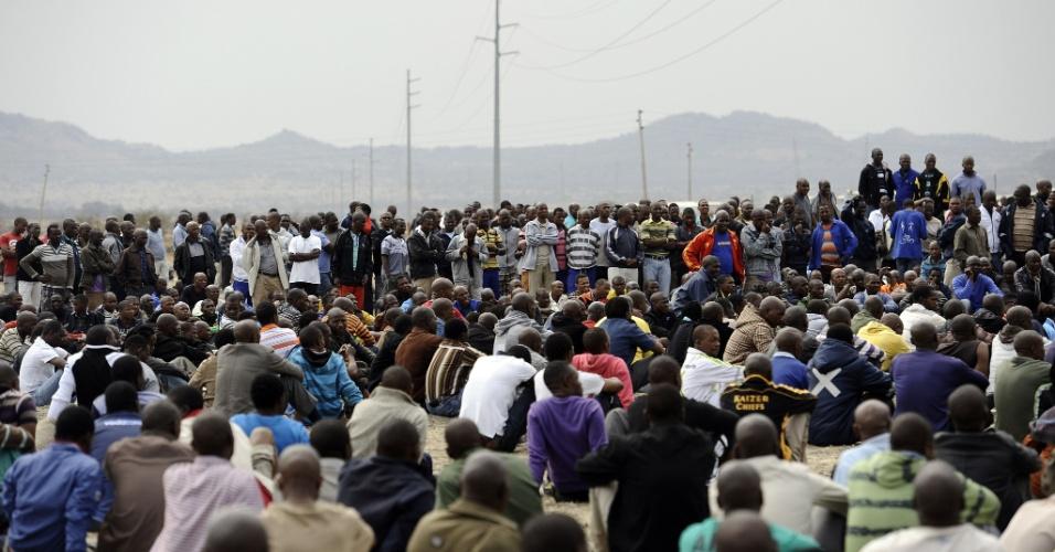 27.ago.2012 - Onze dias depois de 34 mineiros serem mortos por policiais no Noroeste da África do Sul, apenas 13% dos trabalhadores da mina de Marikana voltaram nesta segunda-feira (27) ao local para retomarem as atividades. Em protesto contra as mortes, centenas de trabalhadores se recusaram a encerrar a greve