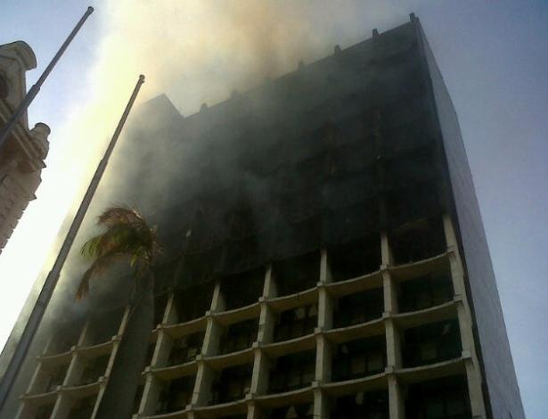 27.ago.2012 - Os bombeiros conseguiram controlar o incêndio em um prédio do Ministério da Fazenda, na região do centro comercial de Belém, no Pará, na manhã desta segunda-feira (27). As chamas destruíram do sétimo ao 13 andar.  O Corpo de Bombeiros foi acionado na noite de domingo, por volta das 23h. As causas do incêndio ainda são desconhecidas