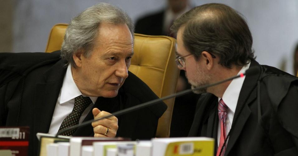 27.ago.2012 - Os ministros Ricardo Lewandowski e Dias Toffoli conversam em sessão do julgamento do mensalão, no STF